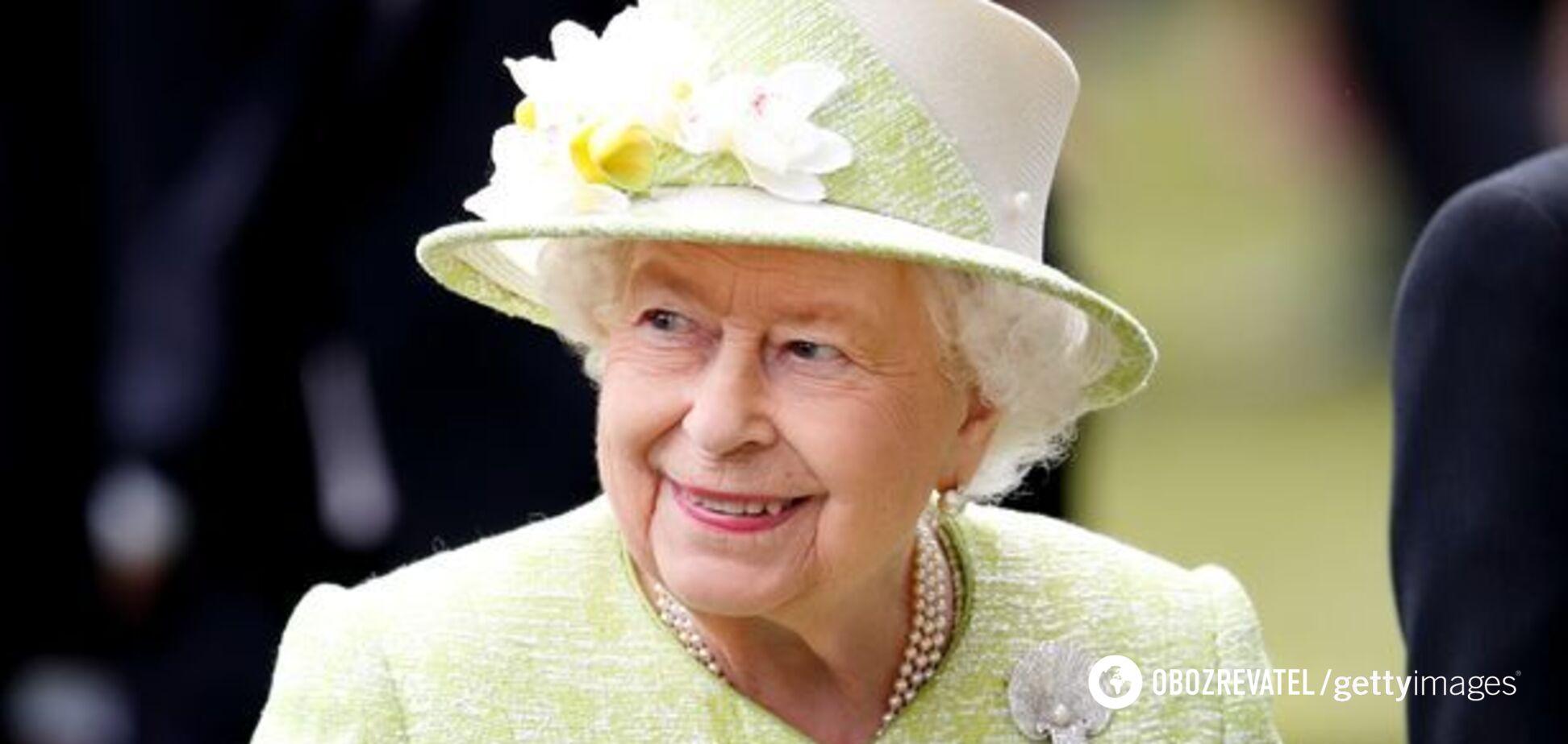 Елизавета II вынуждена прятать любимые шоколадные конфеты в своей спальне из-за «жадной семьи»