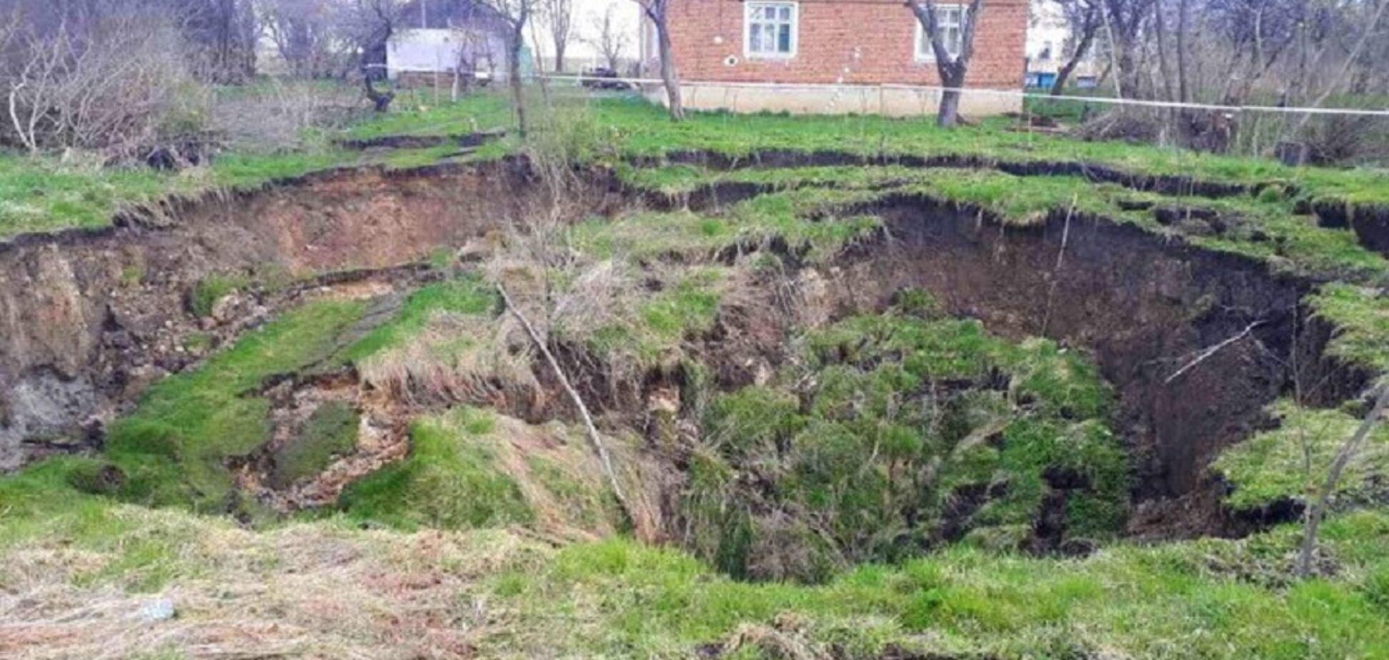 На Львівщині біля будинків за одну ніч утворилося 30-метрове провалля. Відео