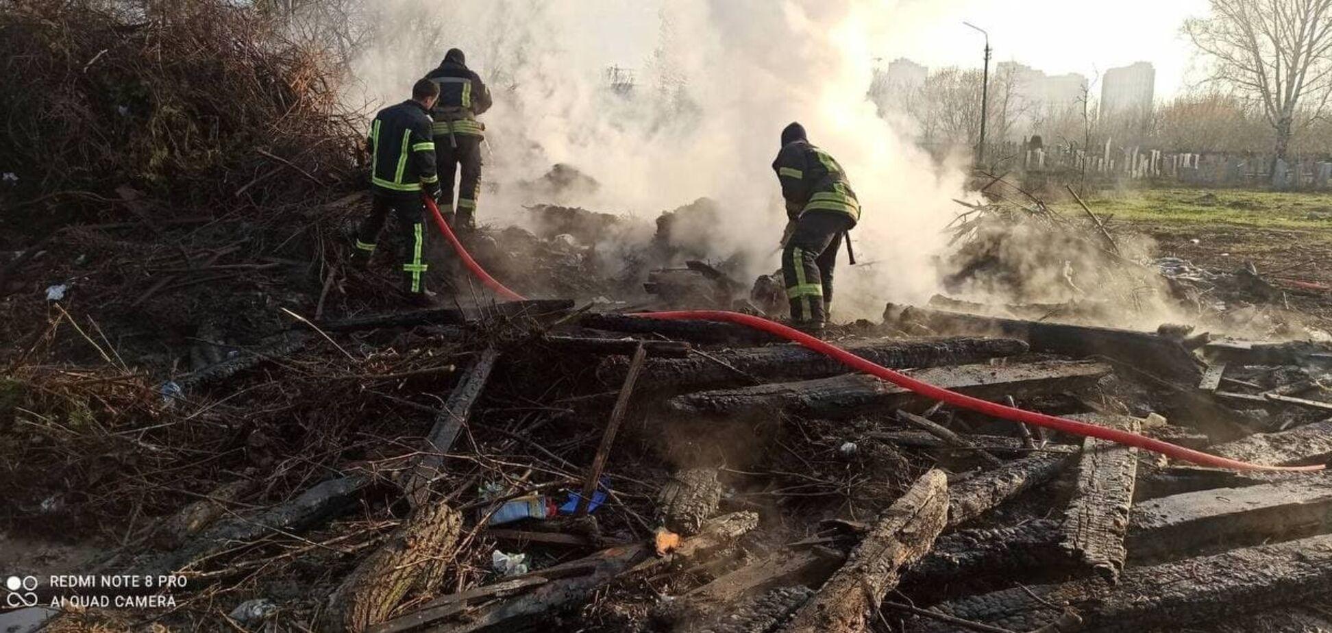 В Киеве произошел пожар на кладбище