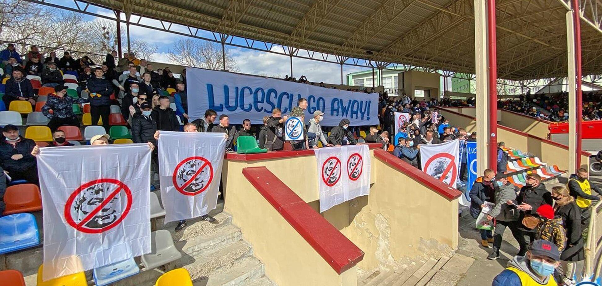 Баннеры против Луческу на фан-секторе 'Динамо'