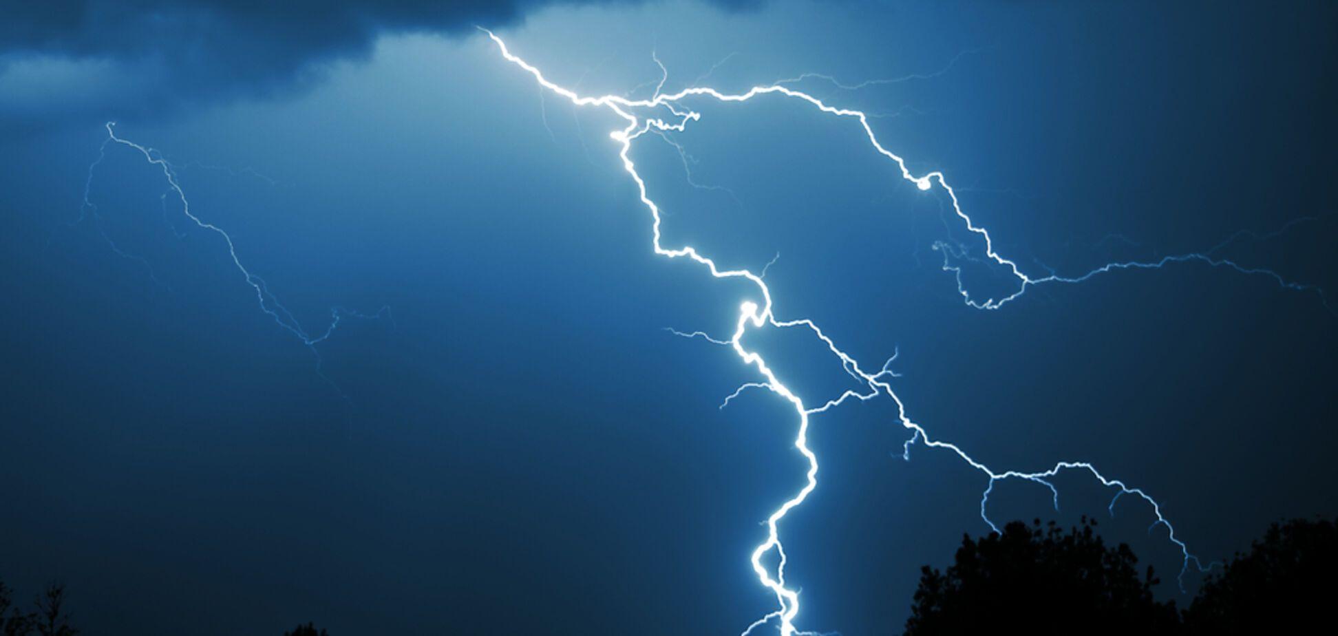 В Ровенской области молния ударила сразу двоих людей