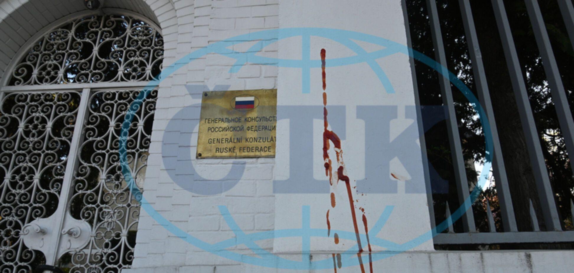 Консульство РФ в чешском Брно облили кетчупом. Фото
