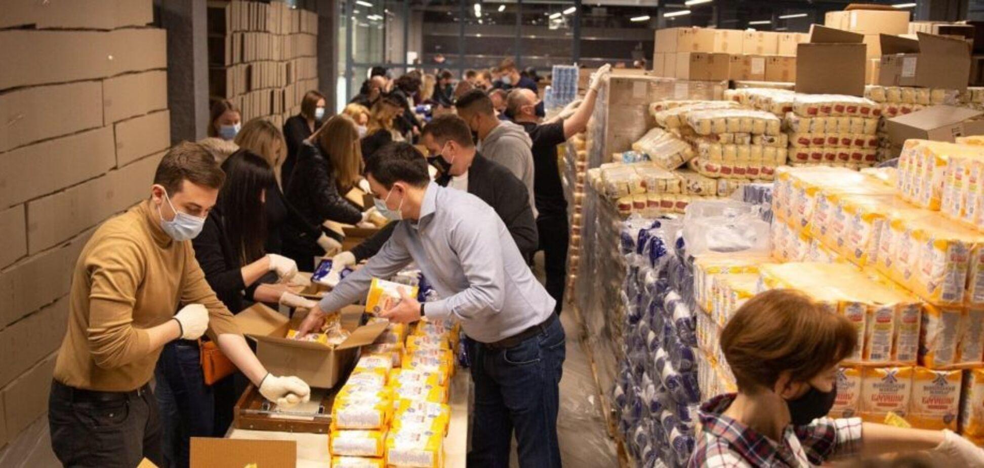 Фонд Порошенко и волонтеры собрали 5 тысяч продуктовых наборов к Пасхе для нуждающихся