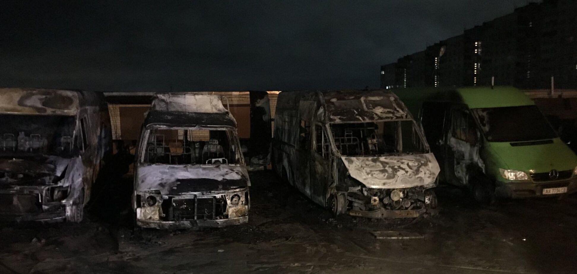 У Харкові вщент згоріли три автомобілі: є постраждалий