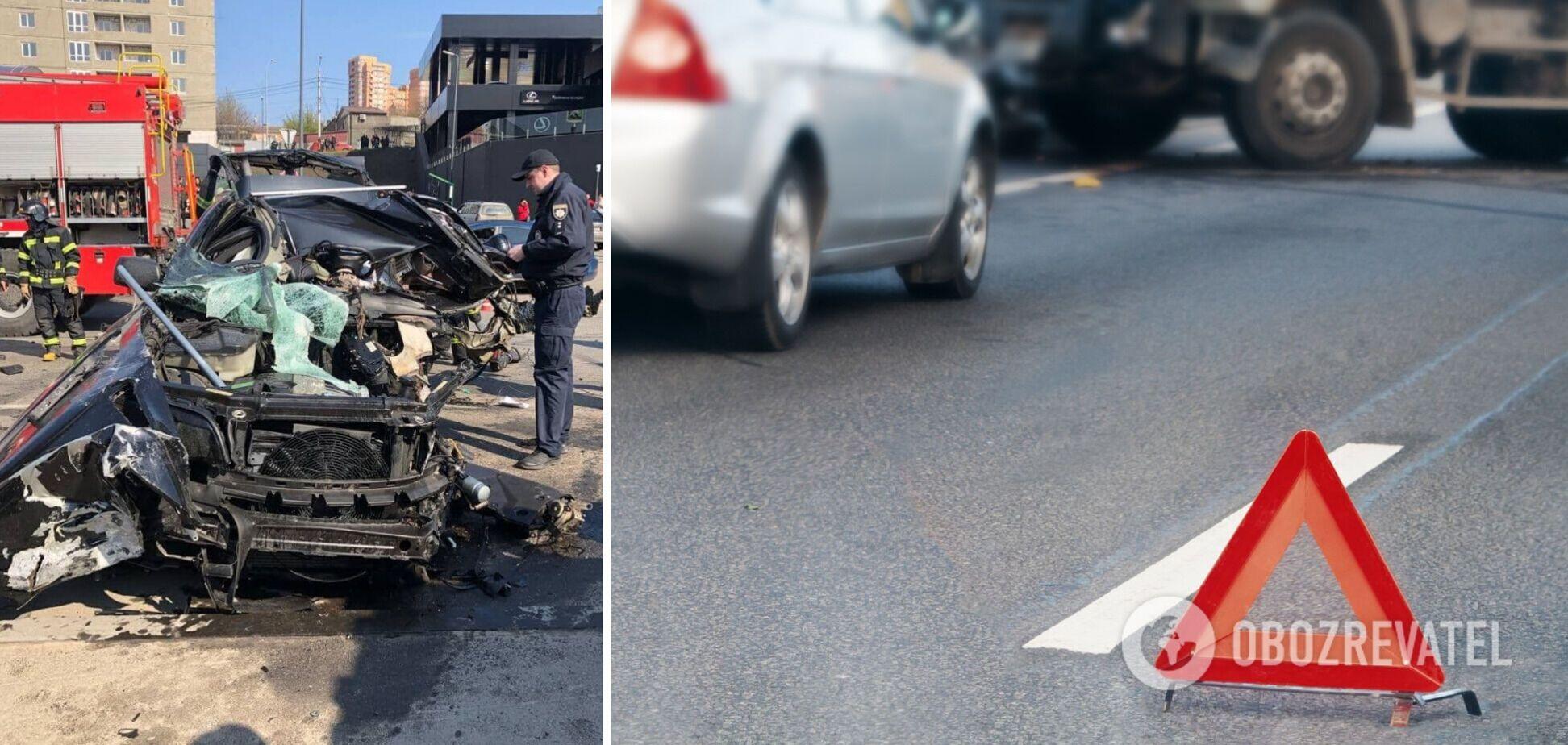 В Одессе BMW влетел в рекламный щит: автомобиль разорвало на части. Фото и видео