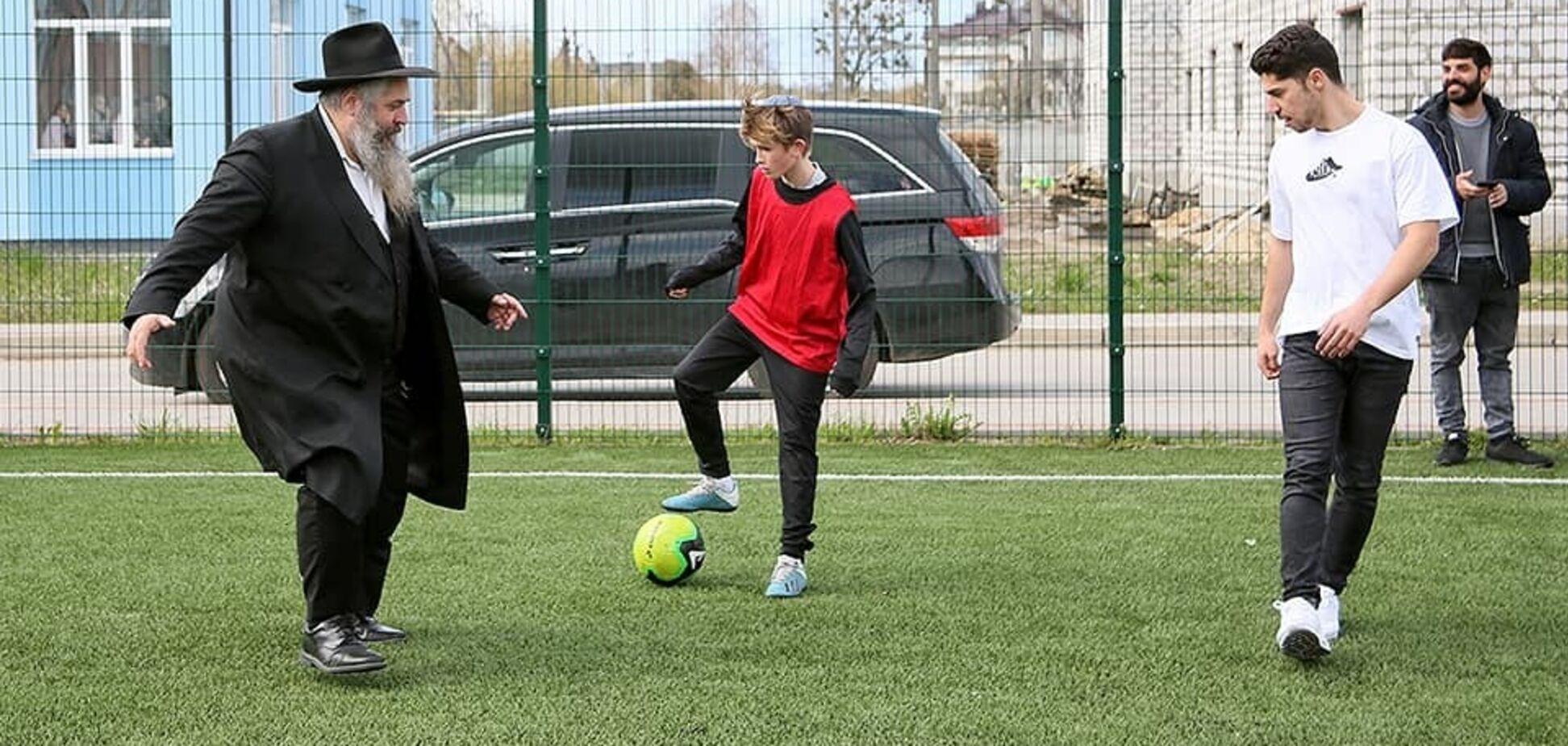 Головний рабин України та зірка 'Шахтаря' зіграли у футбол. Фото