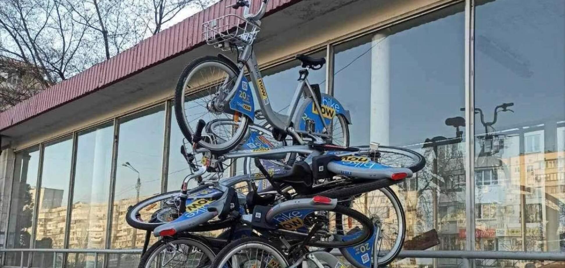 У Києві на Оболоні влаштували звалище з орендованих велосипедів