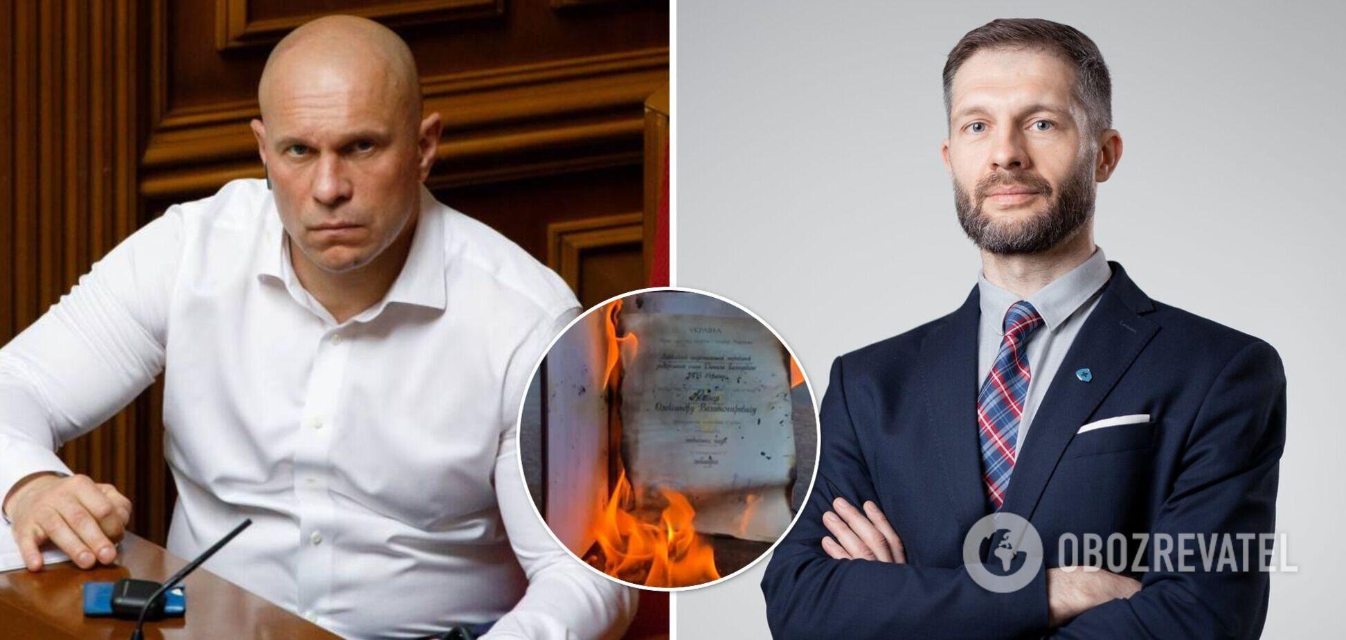 У Львові кандидат наук спалив свій диплом через дисертацію Киви. Фото