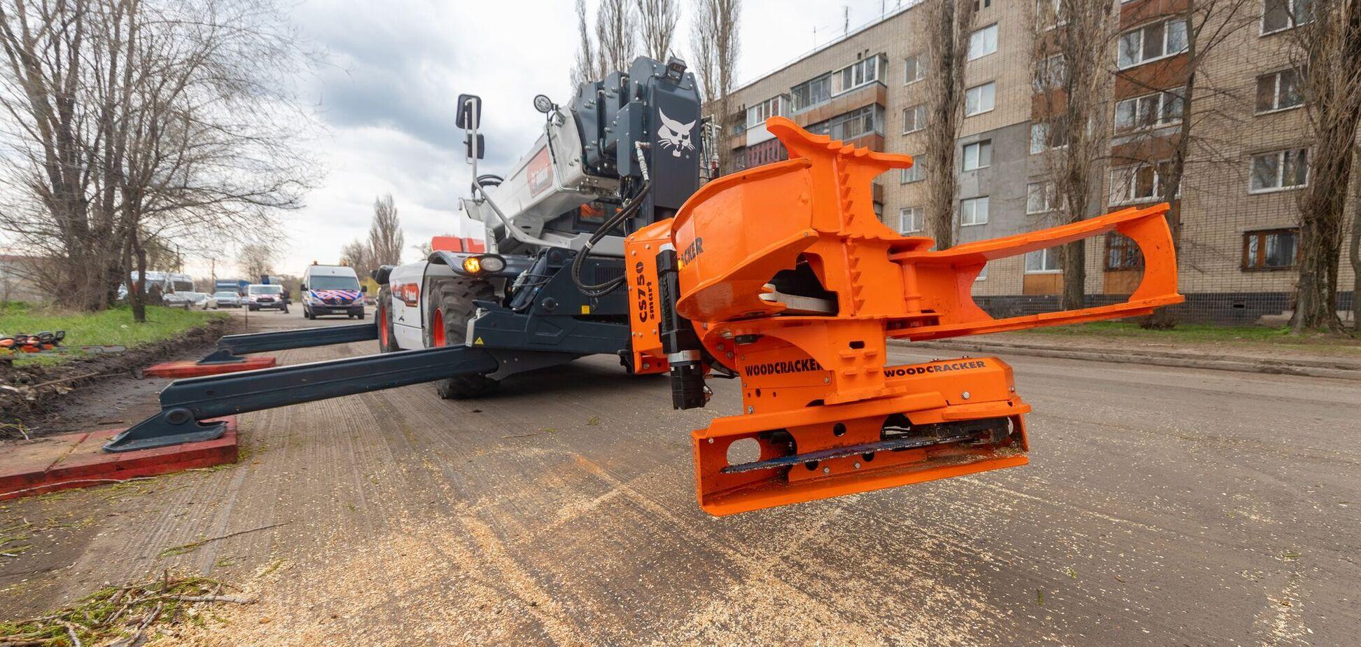 В Днепре представили современную машину для удаления аварийных деревьев