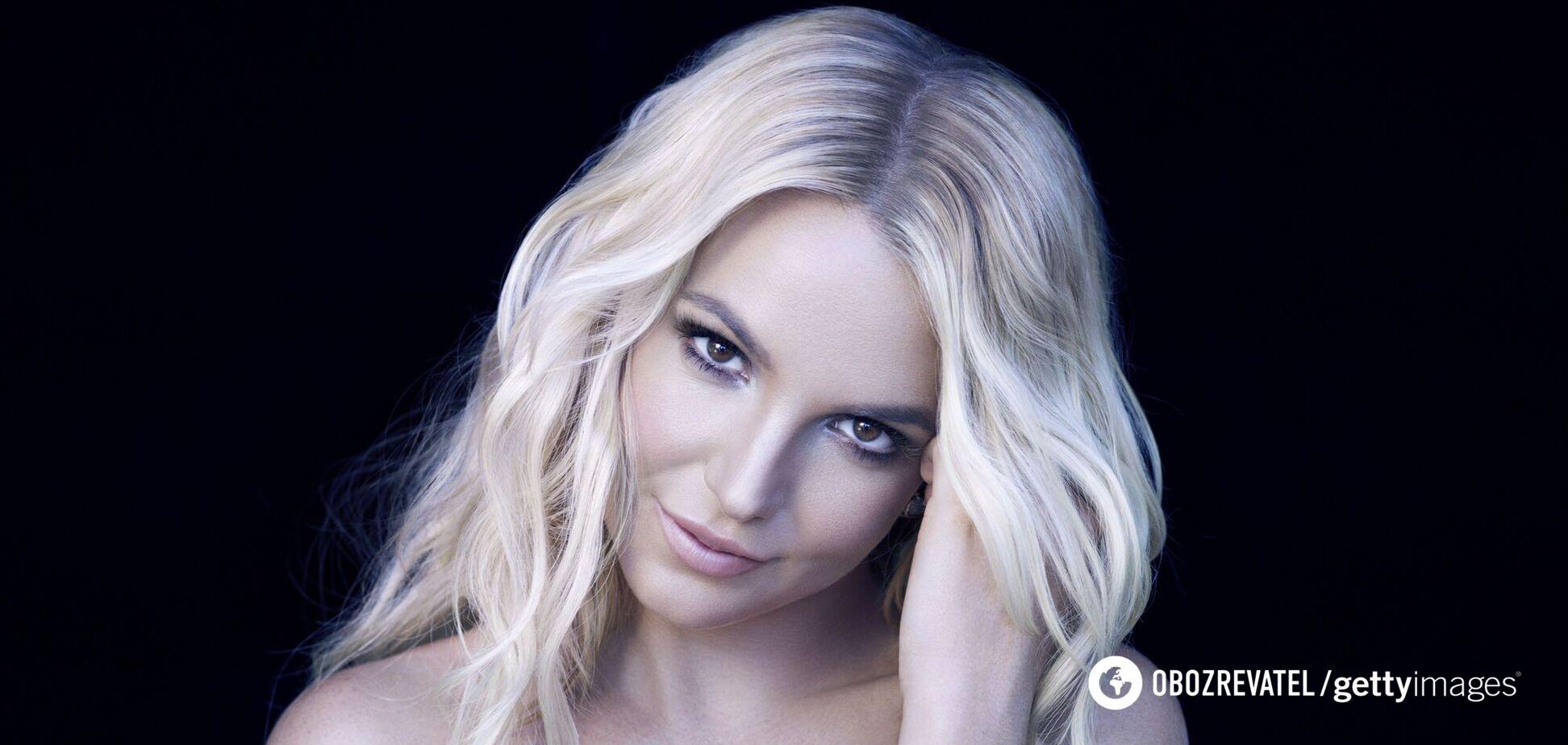 Бритни Спирс показала фигуру в ярком бикини. Видео