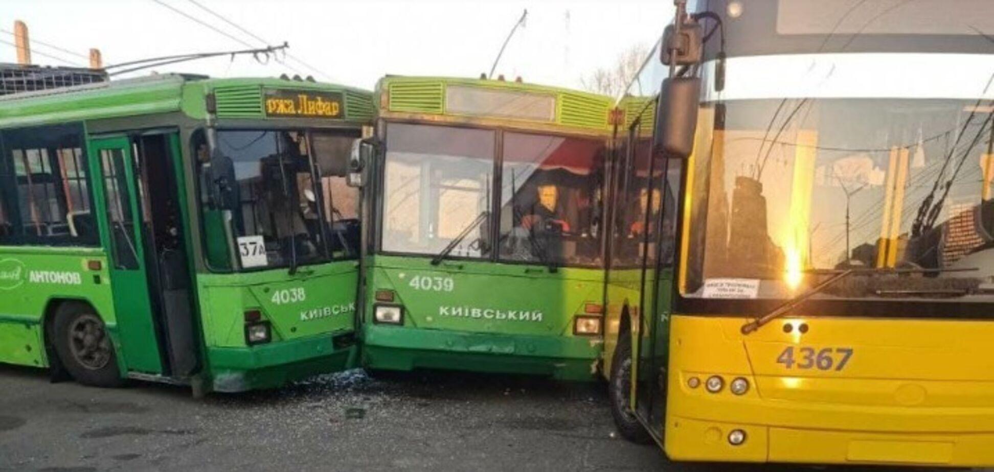 У Києві зіткнулися три тролейбуси: подробиці аварії