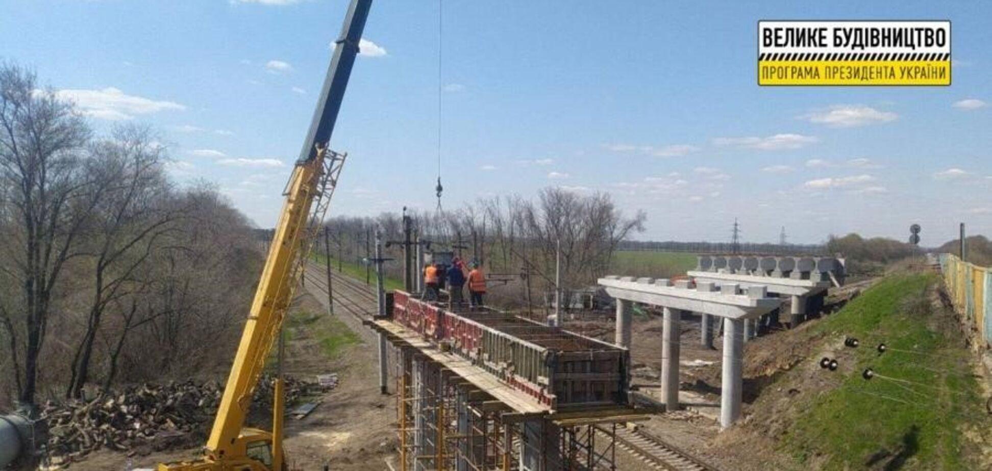 На Харьковщине активно продвигается строительство нового путепровода