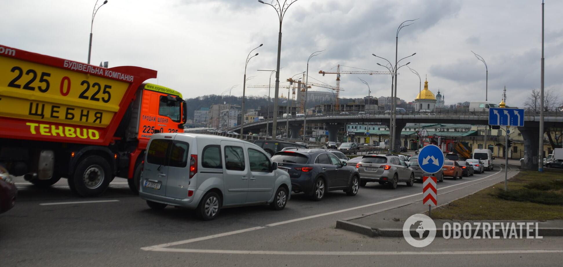 На столичних мостах ускладнено рух транспорту