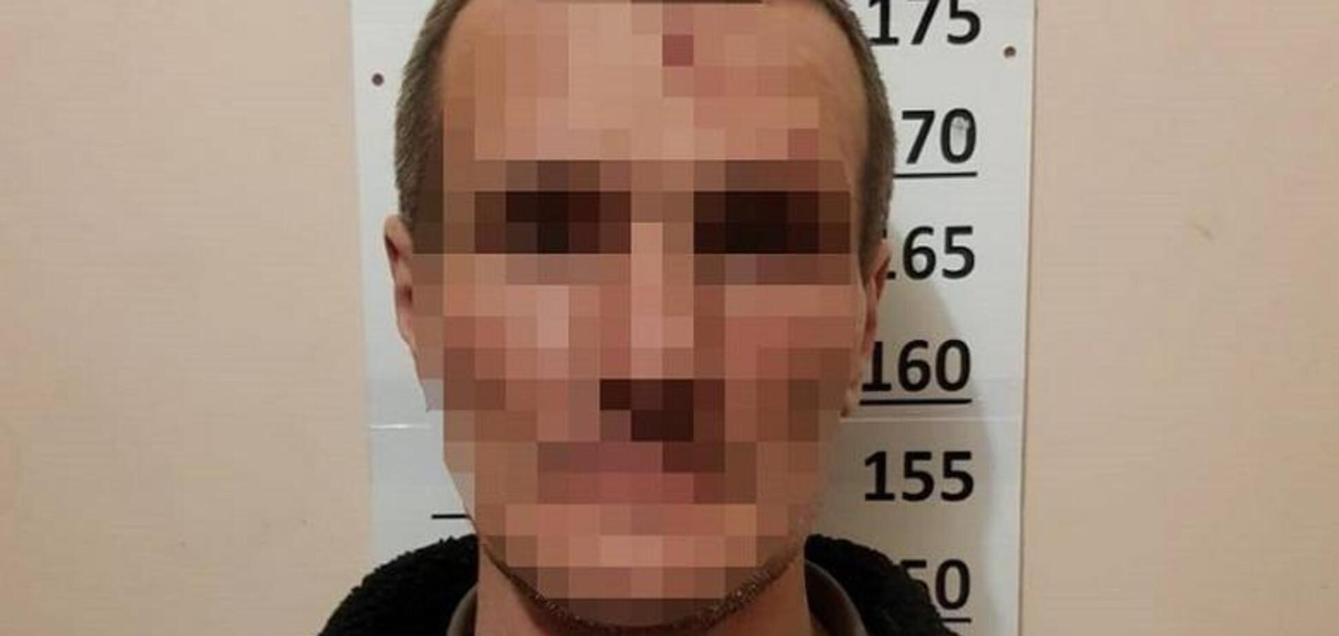 У Києві чоловік встромив ножа в груди сусідові через ревнощі