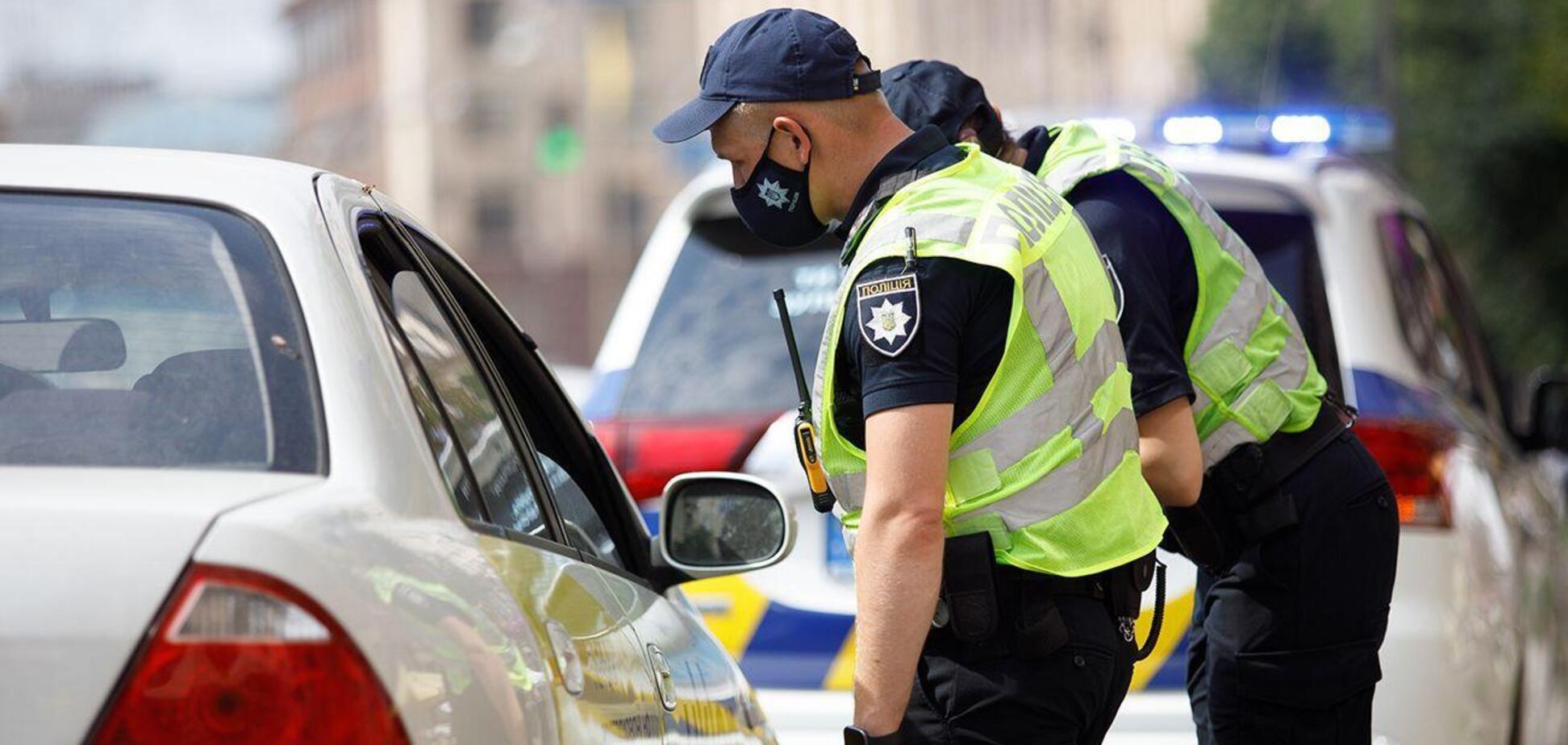 Под Харьковом полицейский предлагал понюхать свои носки и назывался инопланетянином. Видео