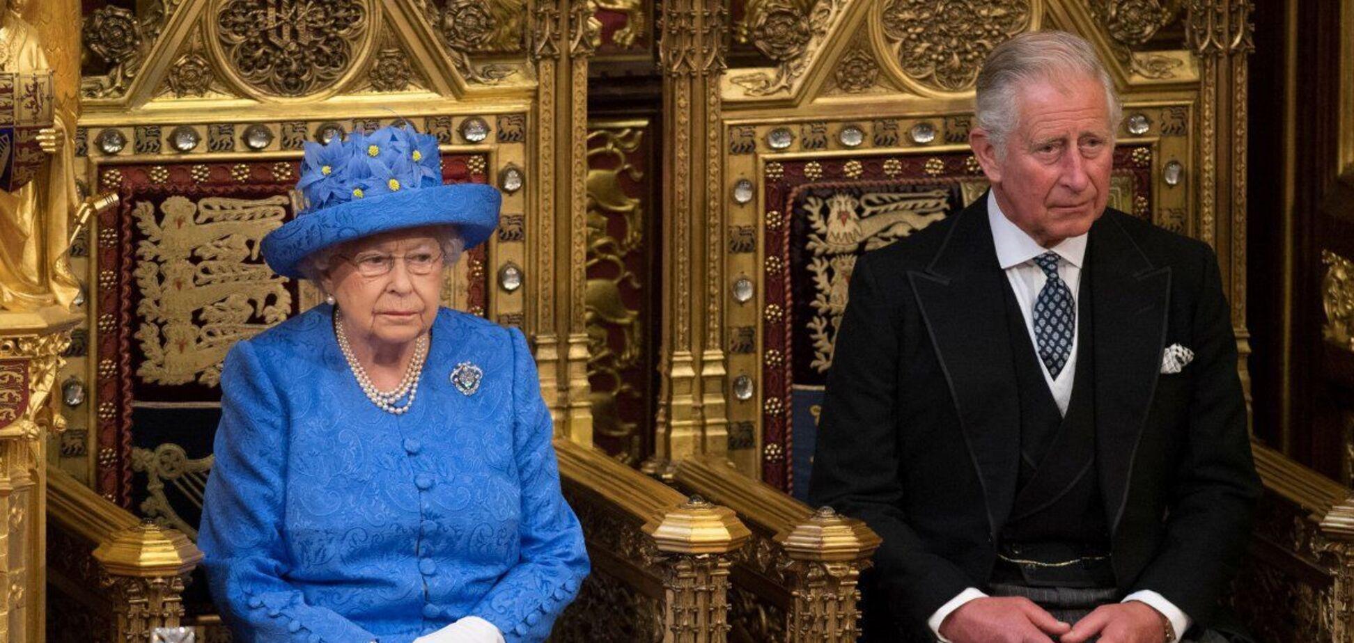 В сети показали новые фото Елизаветы II c принцем Чарльзом