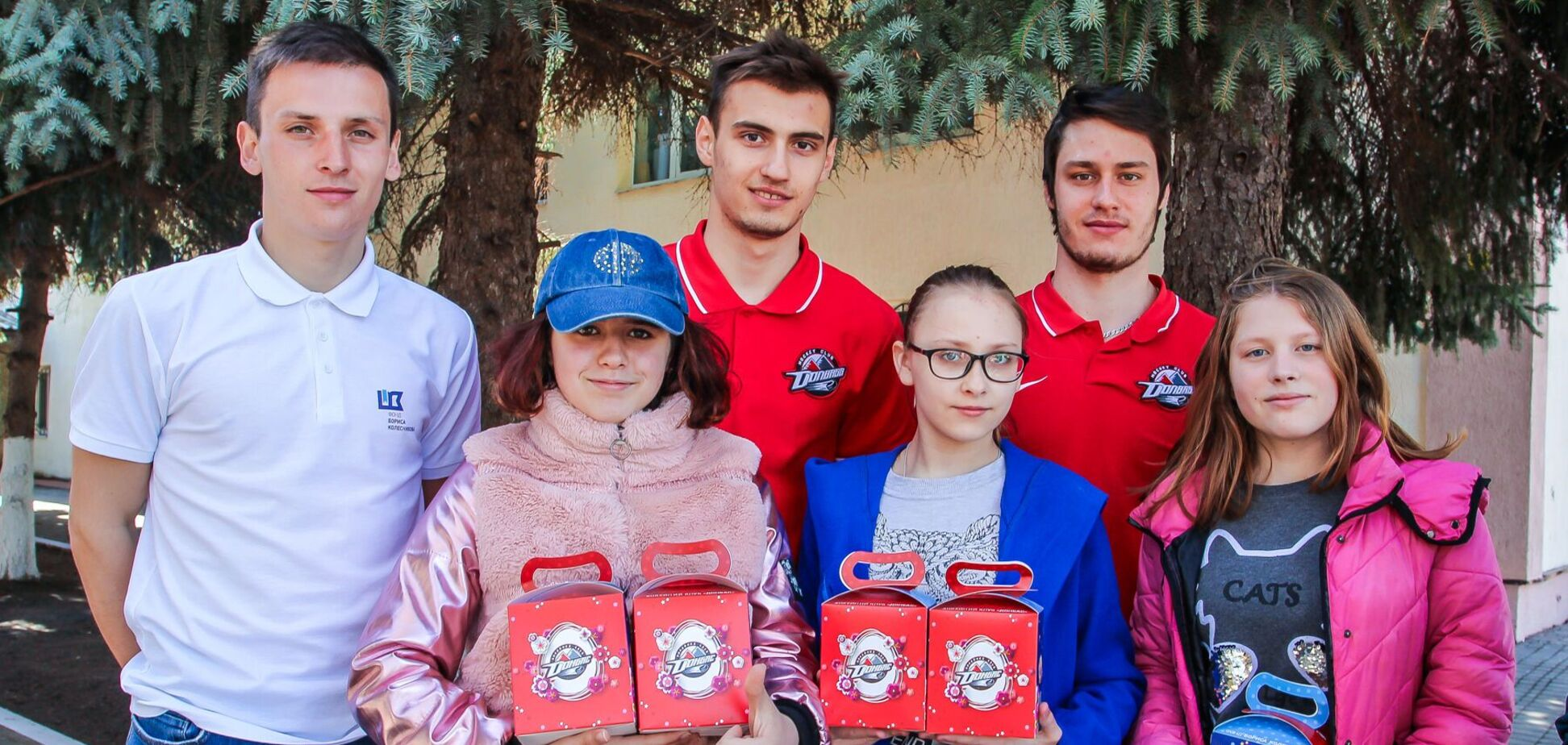 Благодійники і спортсмени вручили 1200 пасок літнім, сиротам та людям з інвалідністю Донеччини
