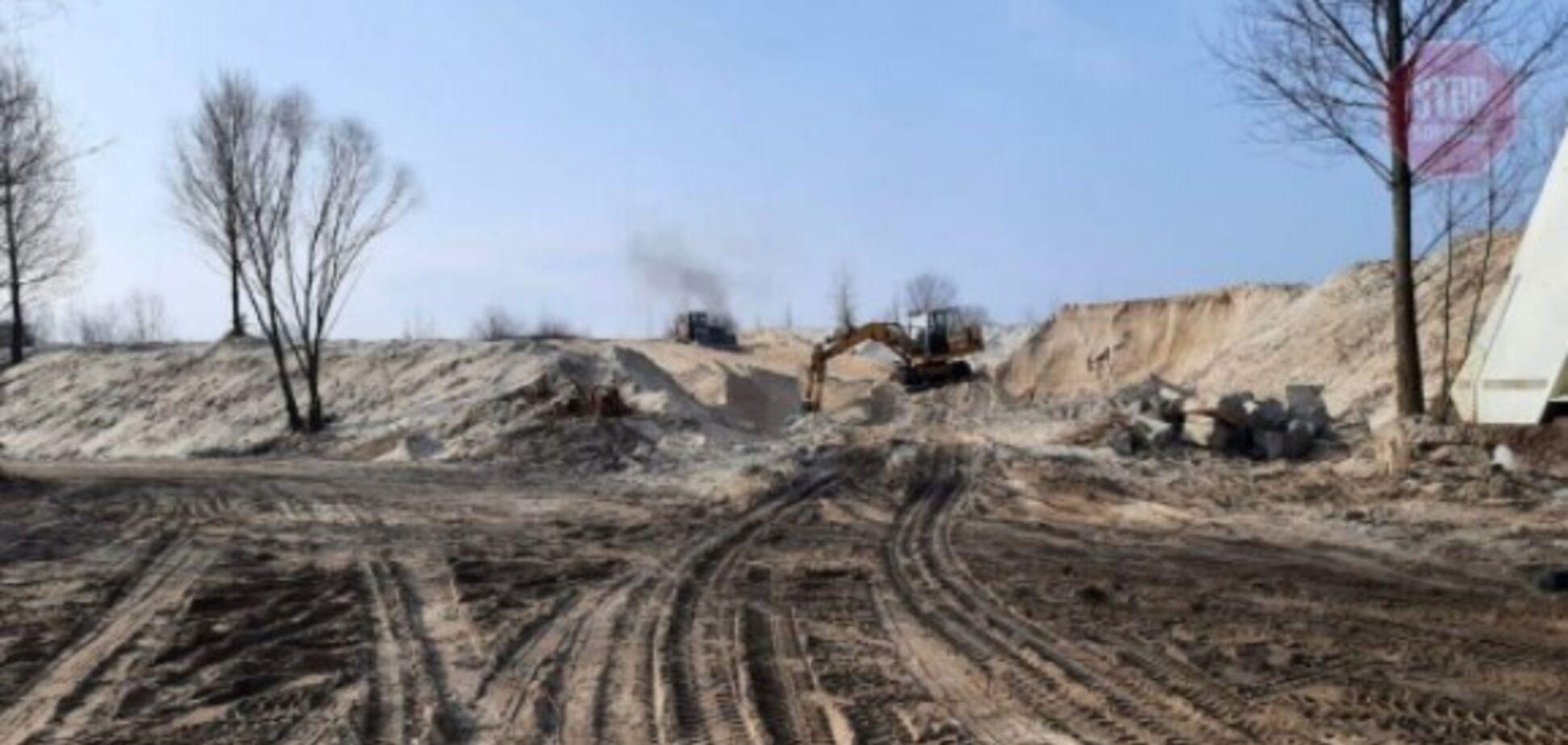 В Киеве мужчина незаконно продавал добытый песок из залива Десенки