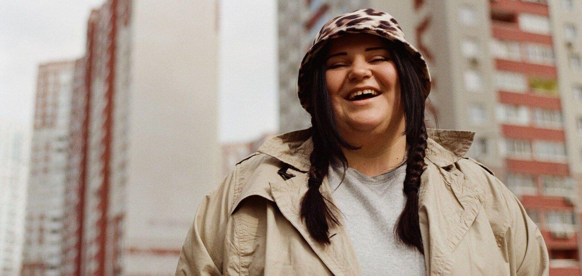 Alyona Alyona едва прикрыла обнаженную грудь газетой. Фото