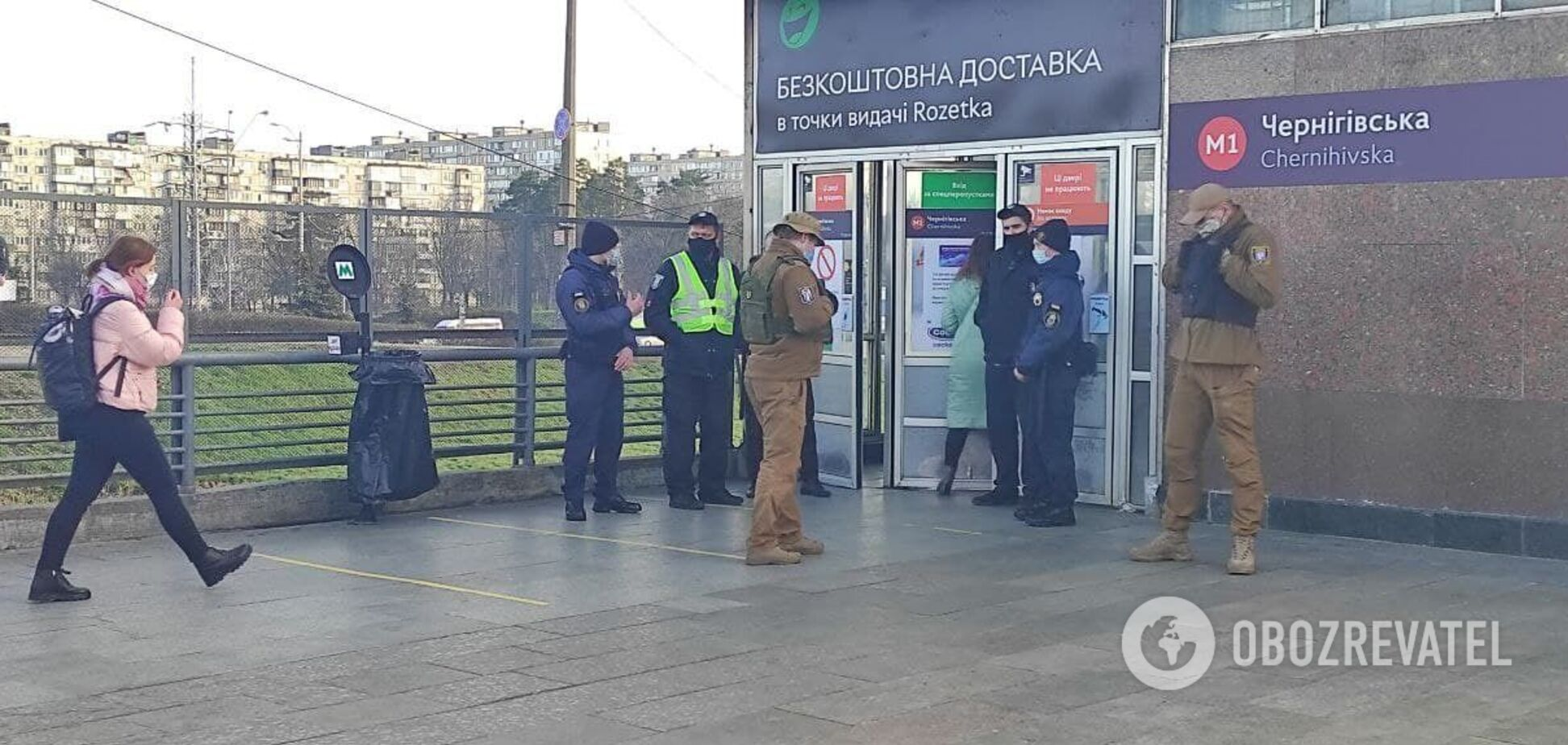 Пустые поезда, наряды полиции и очереди: как работает метро в Киеве в локдаун.Фото, видео