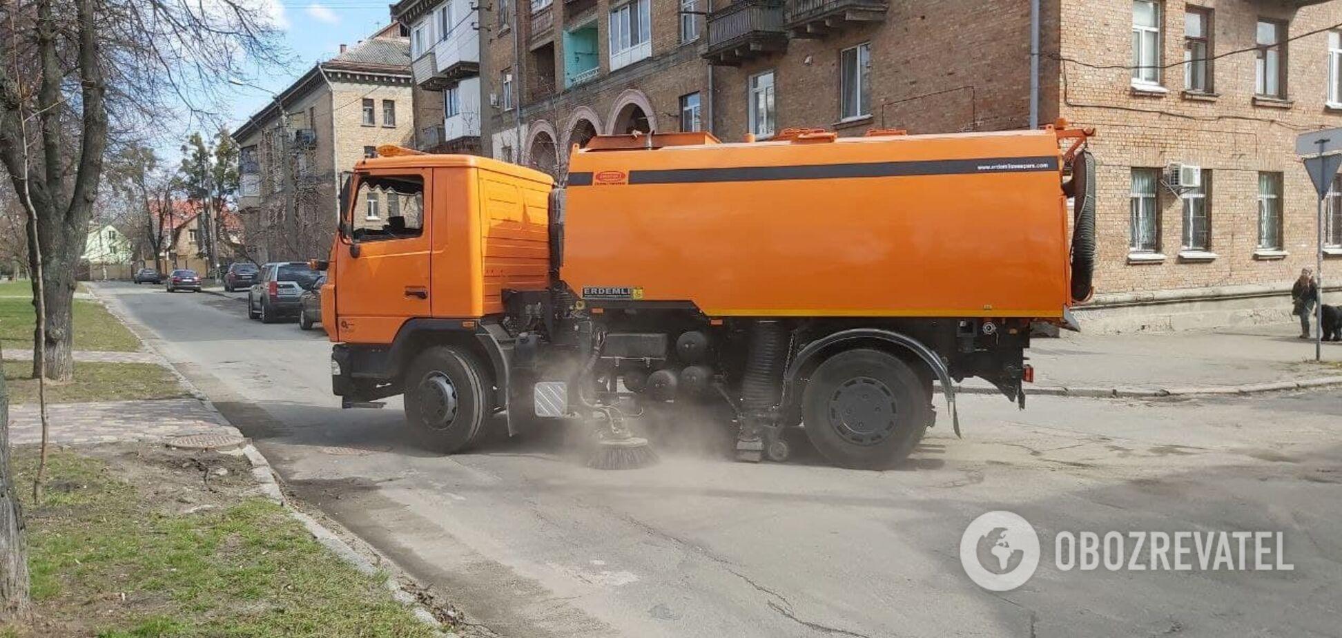 У Києві комунальники стали мити вулиці спеціальними шампунями