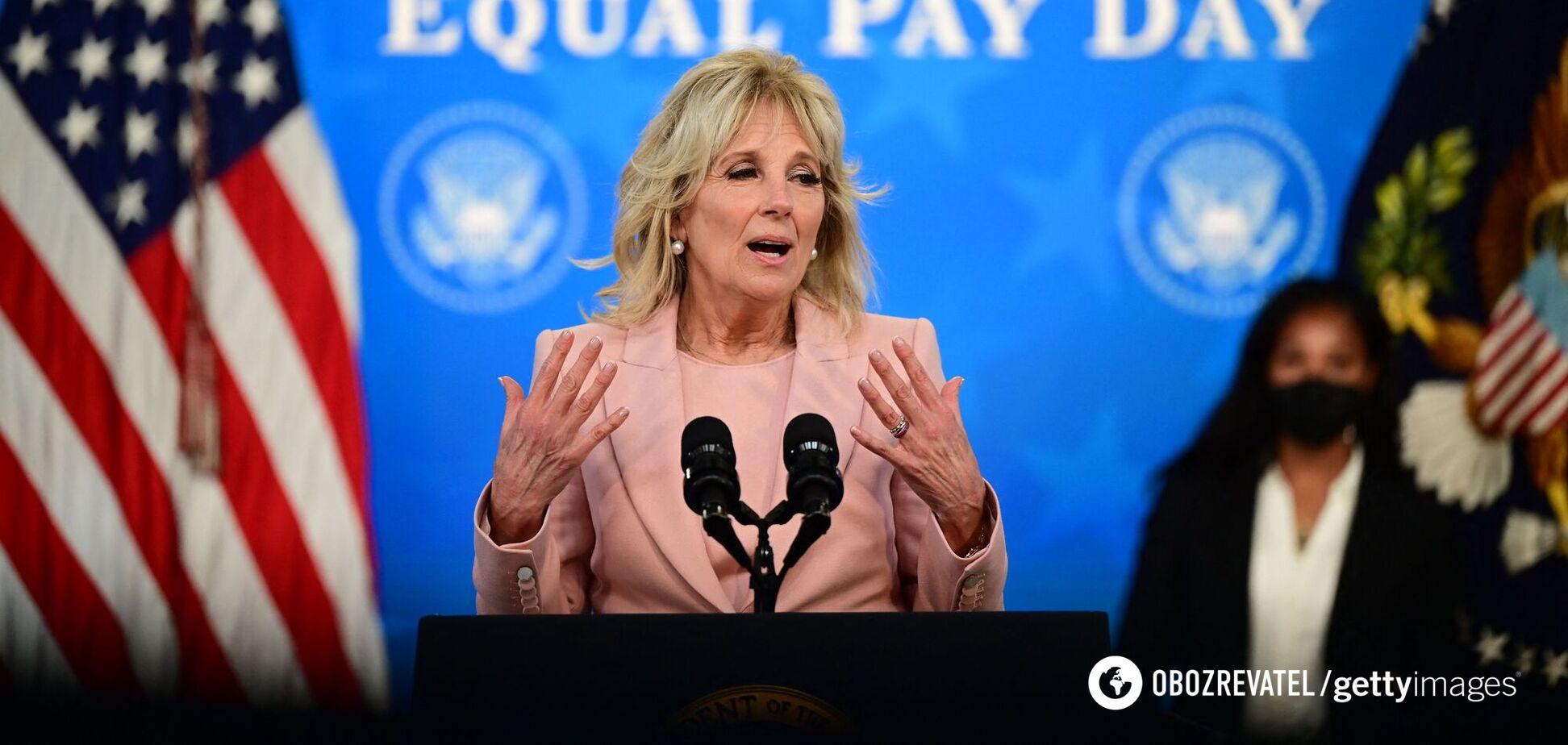 Джилл Байден вызвала споры в сети из-за наряда с ажурными колготками. Фото