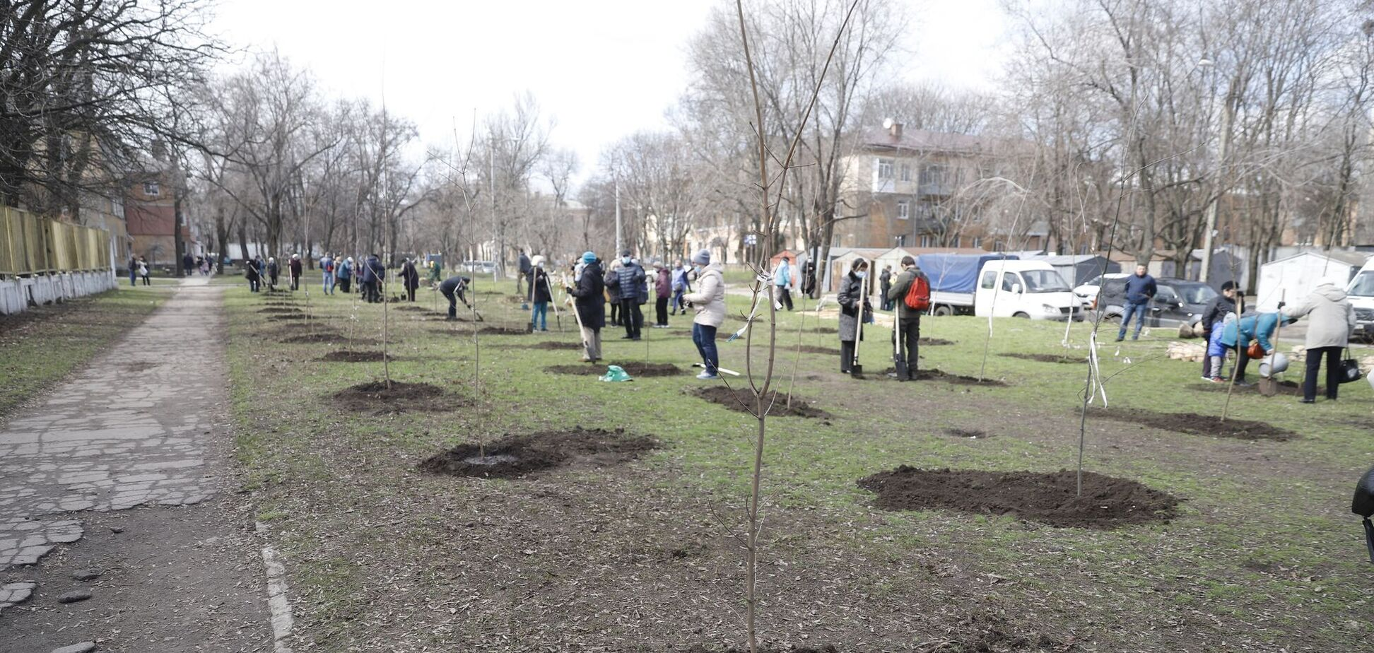 В Днепре начали высаживать деревья для нового сквера в Новокодакском районе