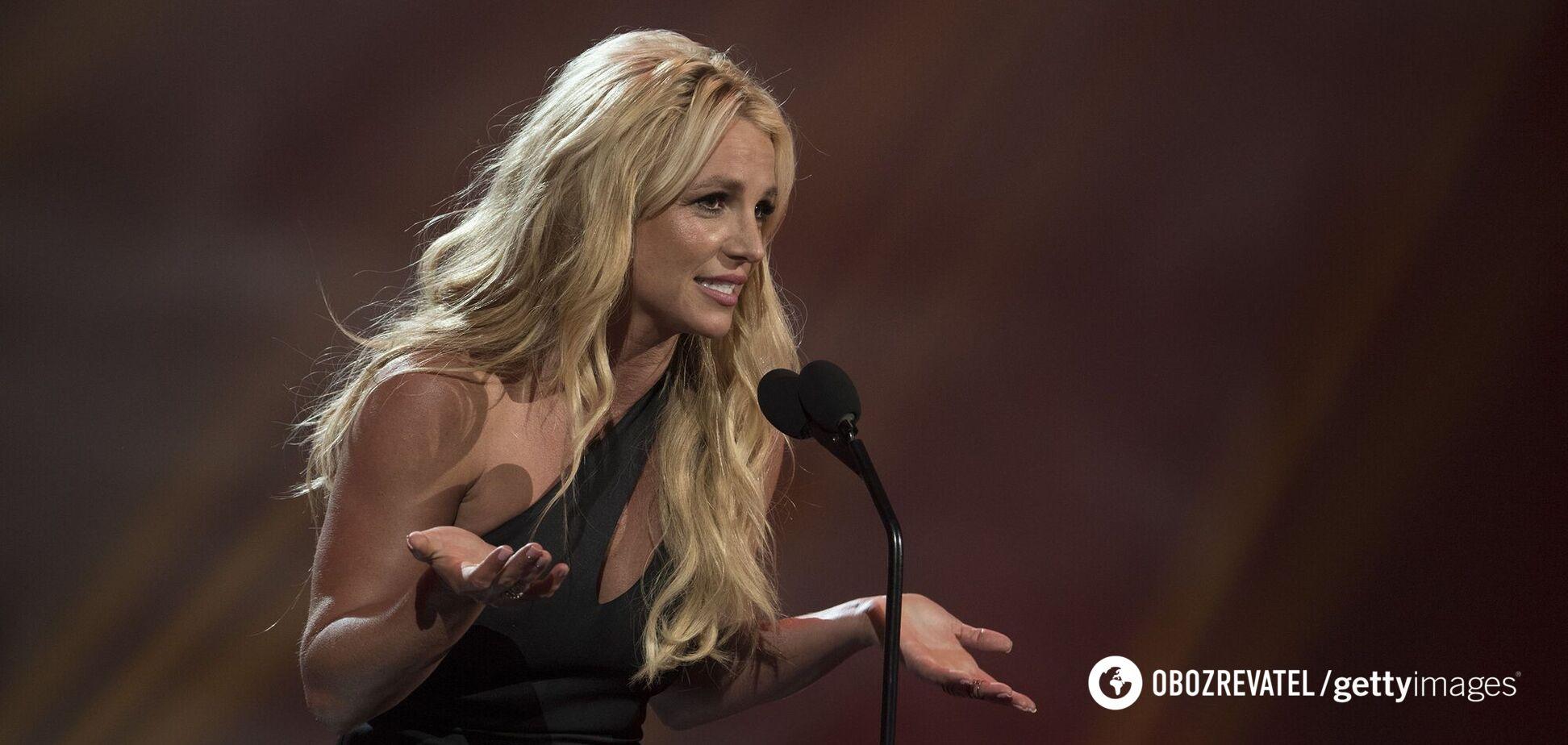 39-летняя Бритни Спирс устроила показ мод под зажигательную музыку