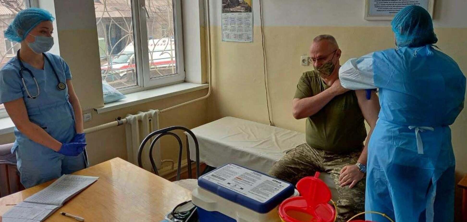 Головнокомандувач ЗСУ Хомчак вакцинувався проти COVID-19 на фронті. Фото