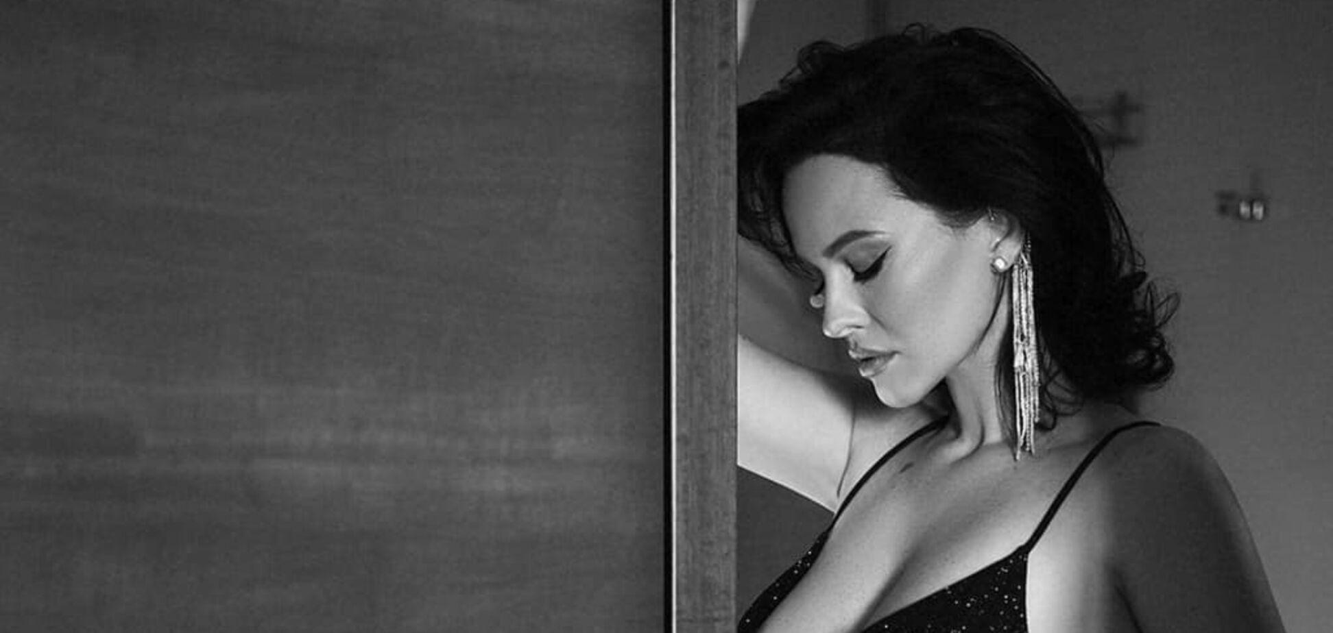 Астафьева в полупрозрачном бюстгальтере снялась в черно-белой фотосессии