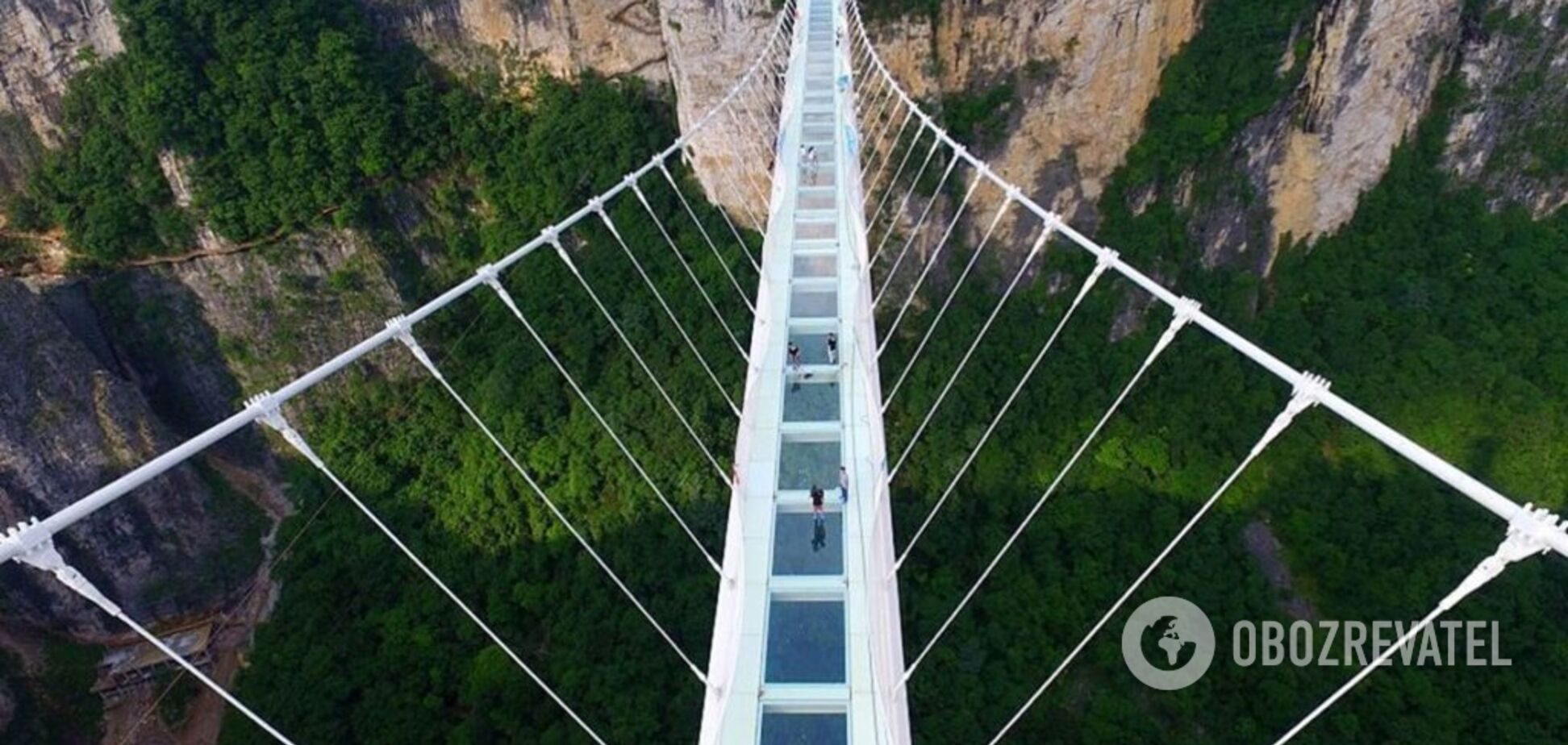 У Китаї турист повис над прірвою: під ним розвалився скляний міст