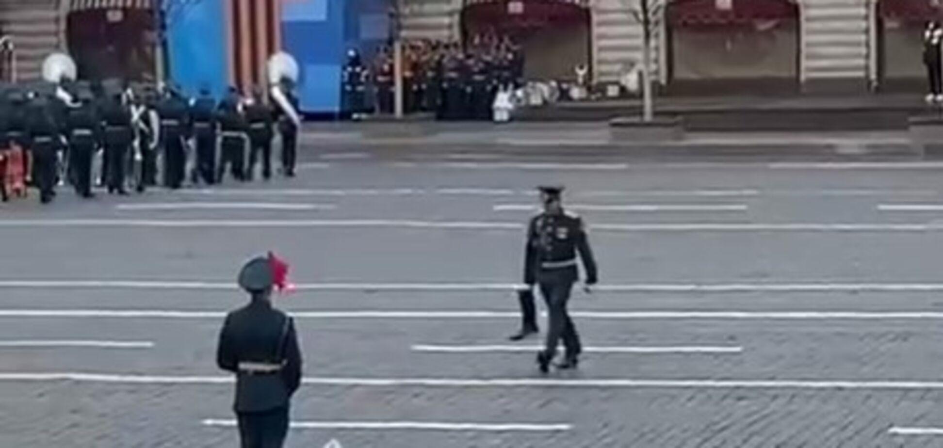 Російський військовий загубив чобіт на Красній площі