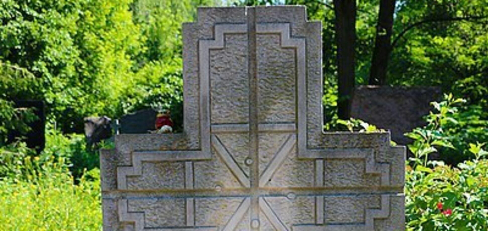 Поляки шоковані станом могили Василя Стуса на Байковому кладовищі