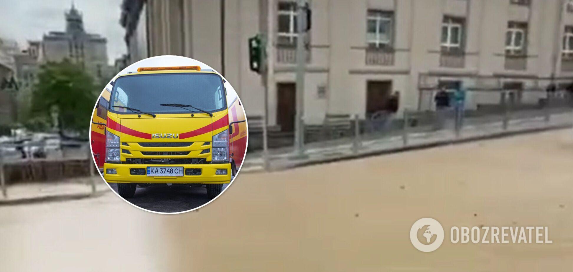 У центрі Києва стався потоп через прорив труби з окропом. Відео