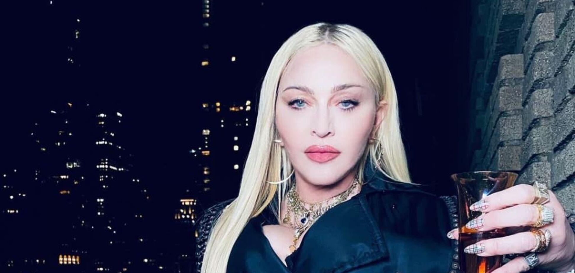 Мадонна в костюме Gucci и колготках в сетку похвасталась стройными ногами