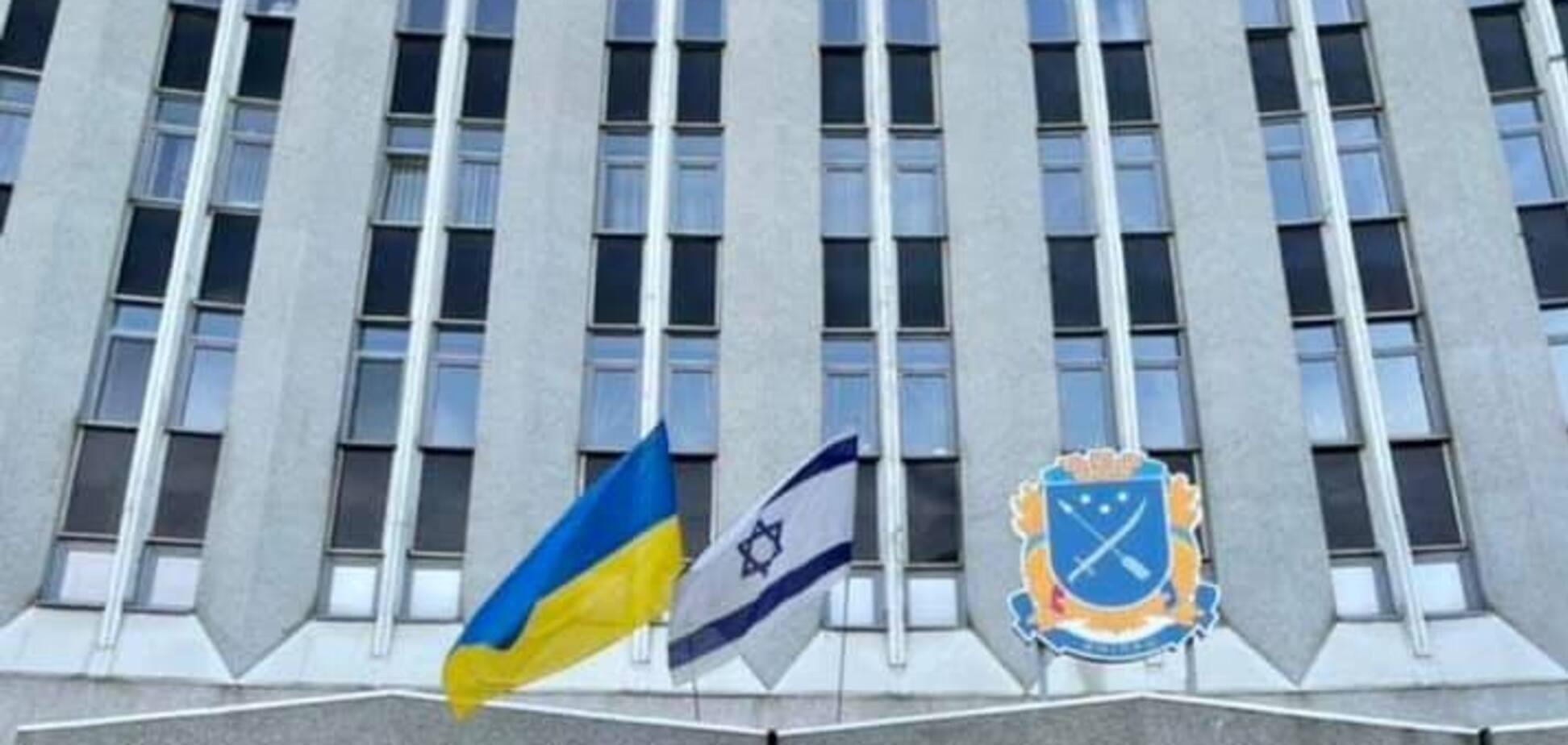 На будівлі міськради Дніпра вивісили прапор Ізраїлю