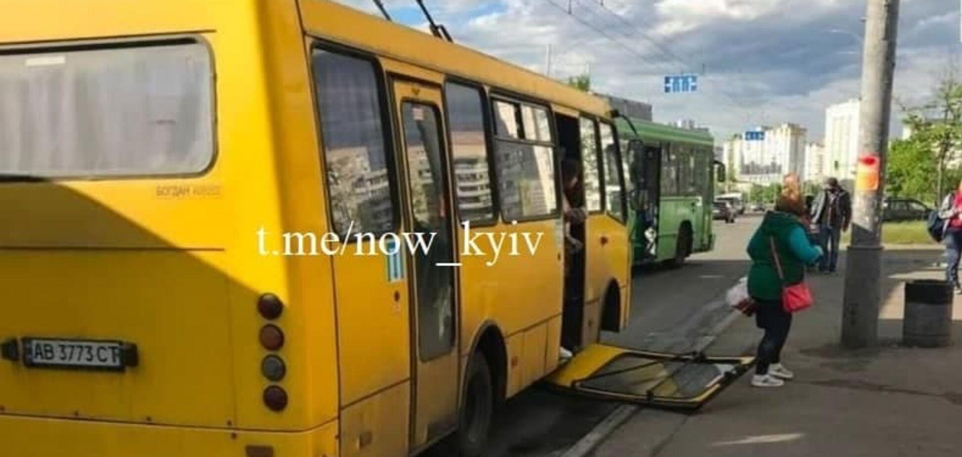 У Києві в одній з маршруток вивалилися двері