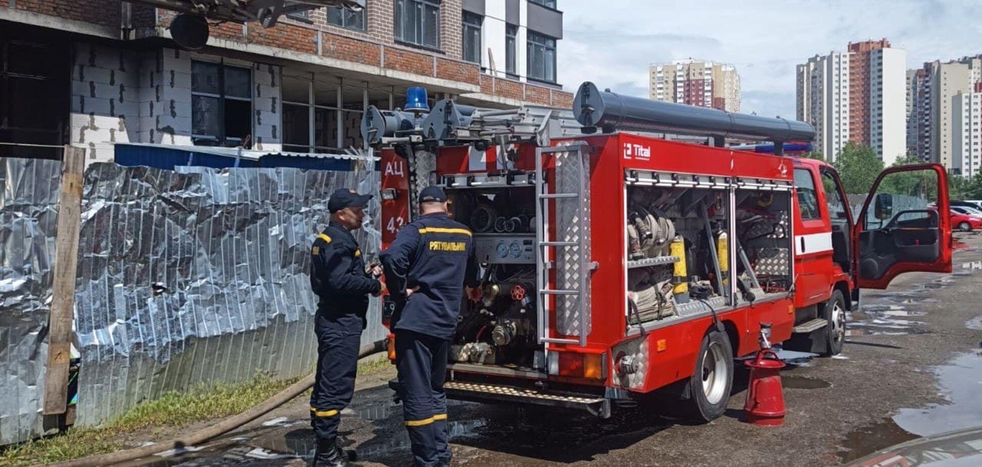 В Киеве на Троещине произошел пожар в новостройке. Фото
