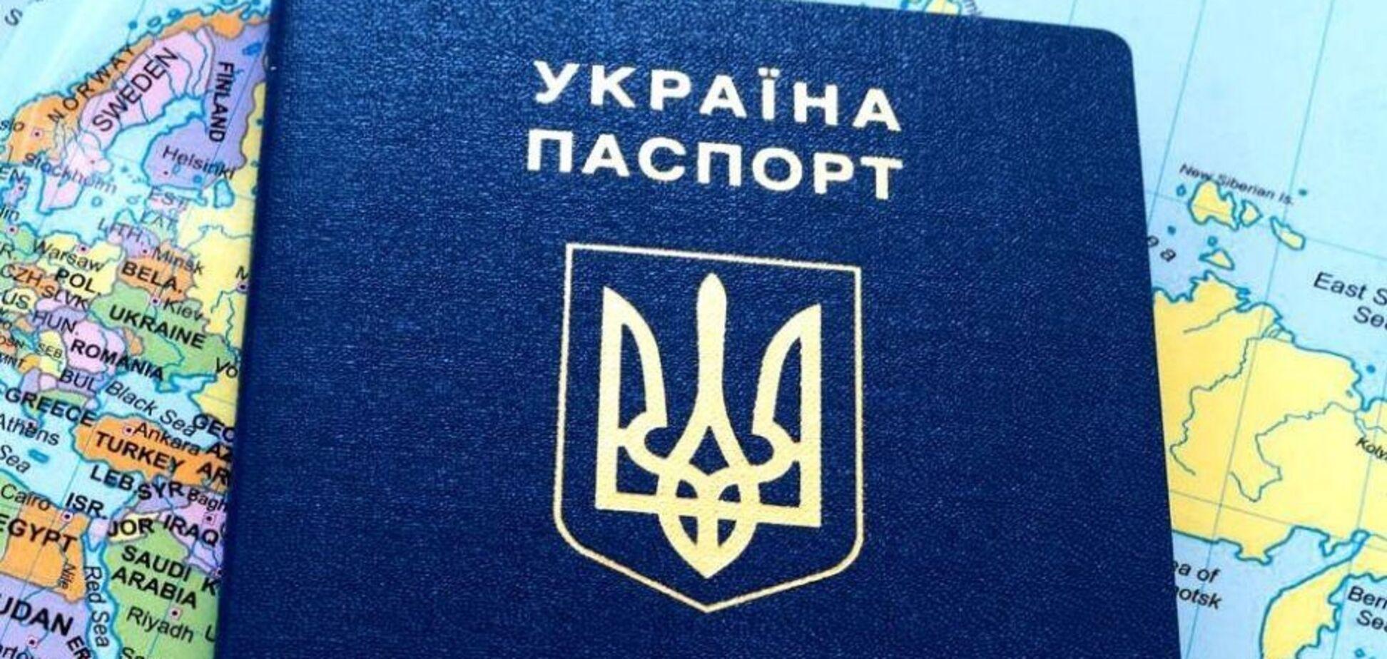 Жінка, яка викинула паспорти України біля аеропорту, заявила про погрози