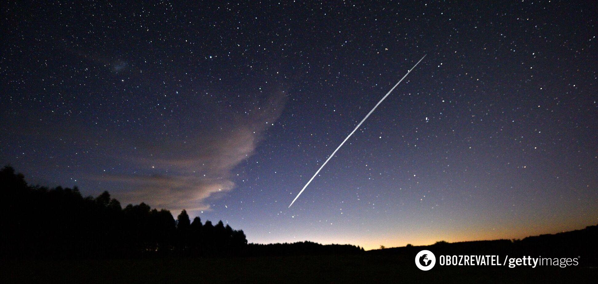 У небі над Україною помітили парад супутників Маска. Фото