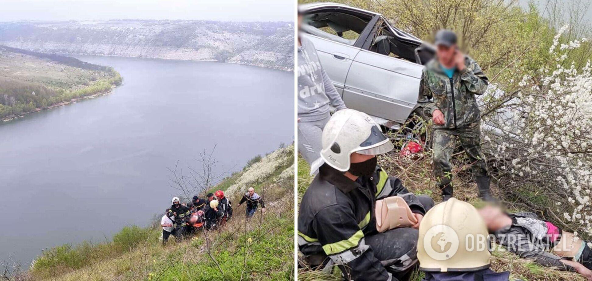 На Хмельниччині водій на авто вилетів зі скелі. Фото рятувальної операції
