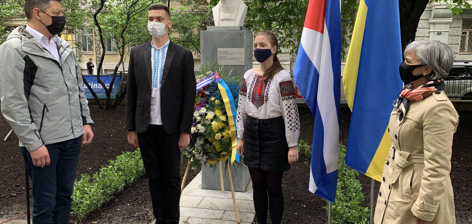 В центре Киева открыли памятный знак в честь известного кубинца.Фото