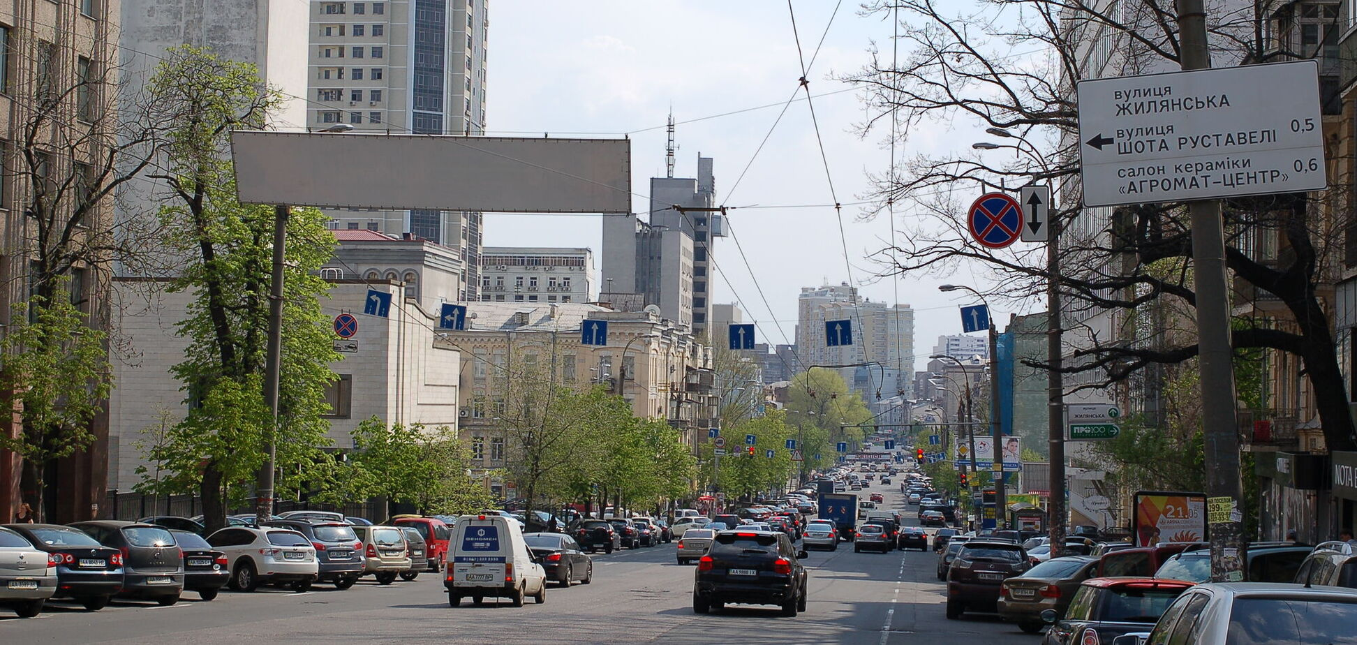 В Киеве бульвар в центре города зачистили от стихийной парковки