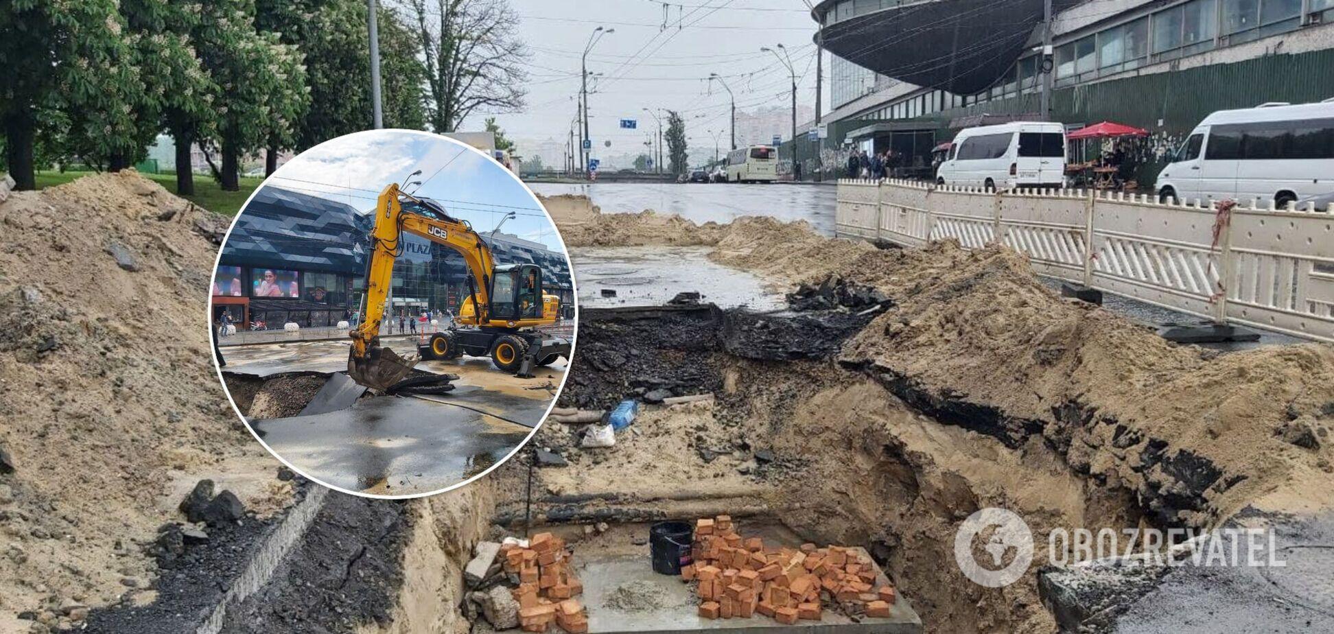 У центрі Києва утворився величезний провал: як комунальники усувають наслідки НП. Фото