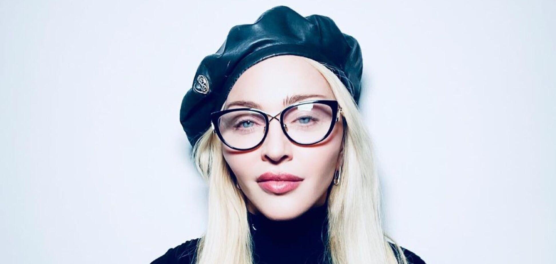 Мадонна показала зухвалий образ у косинці та окулярах. Фото