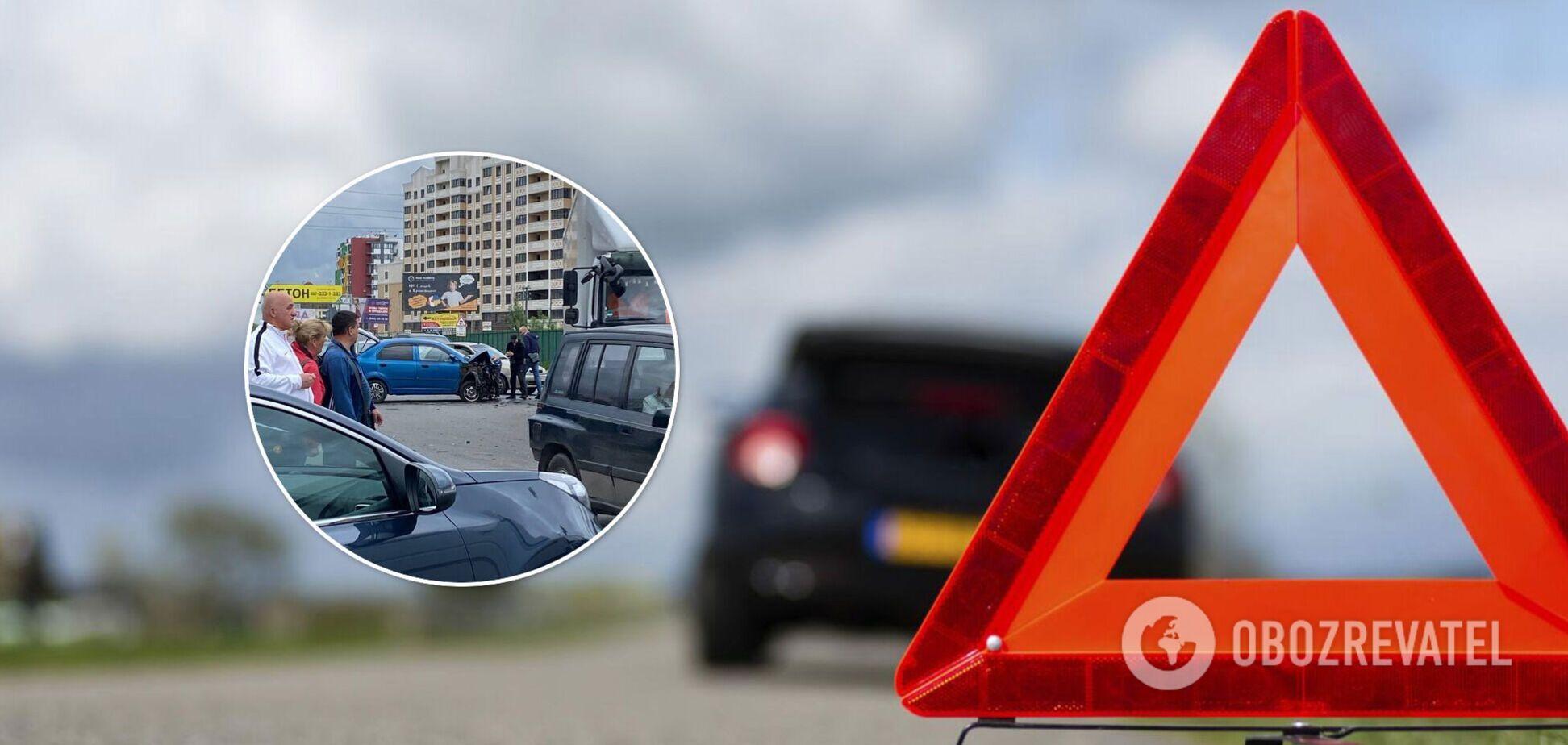Під Києвом зіткнулися одразу три авто: фото і відео масштабної аварії