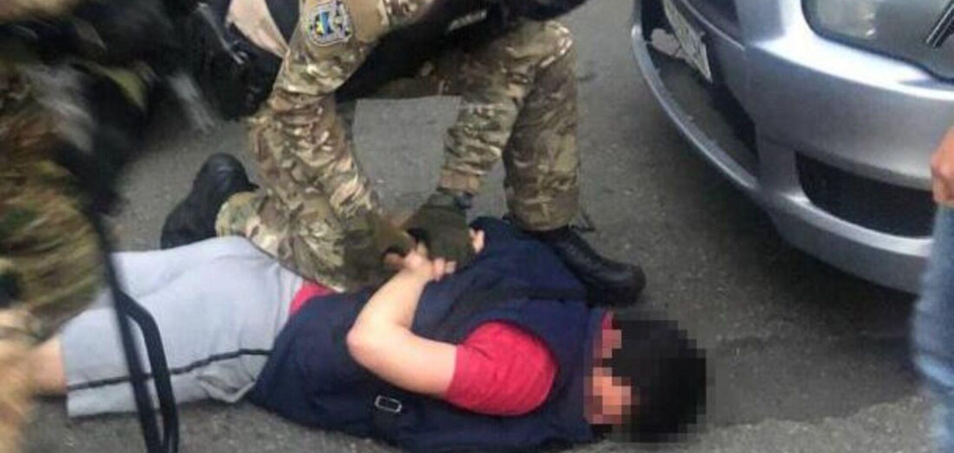 У Києві зловмисники викрали жінку й вимагали у неї виплатити уявний борг. Фото, відео