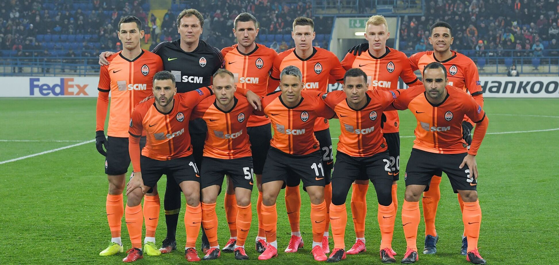 Андрій Пятов (у чорному) перед одним з матчів 'Шахтаря' у 2020 році