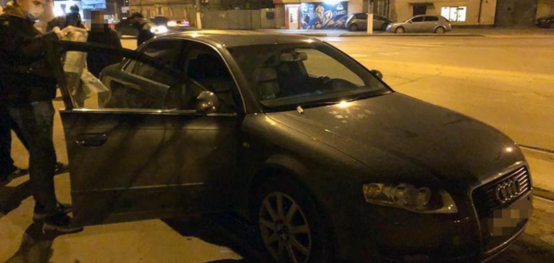 В Киеве злоумышленники отобрали у мужчины 5 миллионов гривен и пытались сжечь свое авто