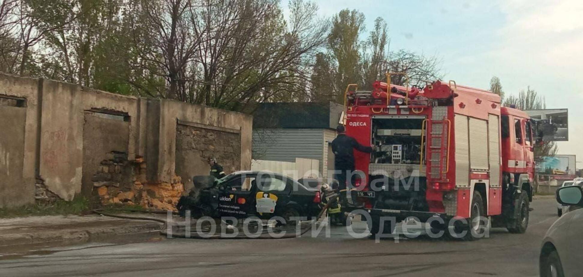 В Одесі таксі врізалося в стіну та загорілося